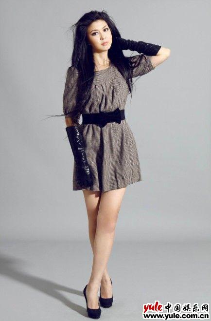 金童雯拍摄服装广告 展现可爱活泼魅力